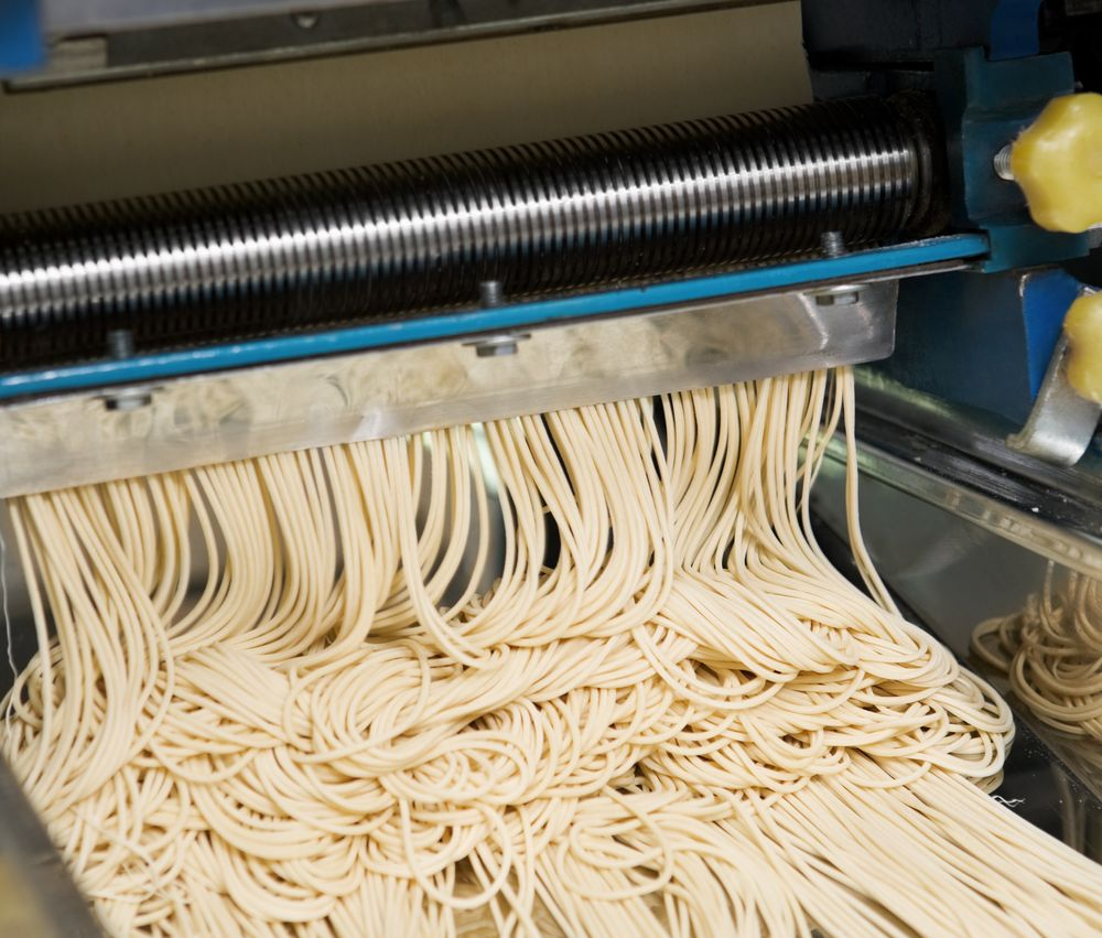Noodle machine that cut the dough into noodle size