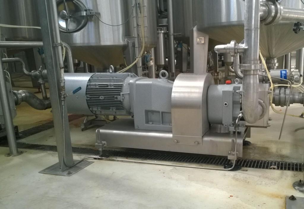 Trasferimento succo di pomodoro con pompa FL3, con portata di 18.000 litri/h, pressione di 6 bar, temperatura di 80-85°C circa