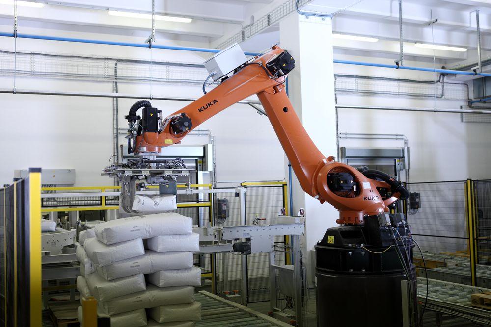 I motori e i riduttori potenti dei robot Kuka permettono una produzione veloce con diversi percorsi di pallettizzazione. Coprono carichi di lavoro da 40 a 1300 kg e trattano qualsiasi forma, dimensione o materiale di imballo