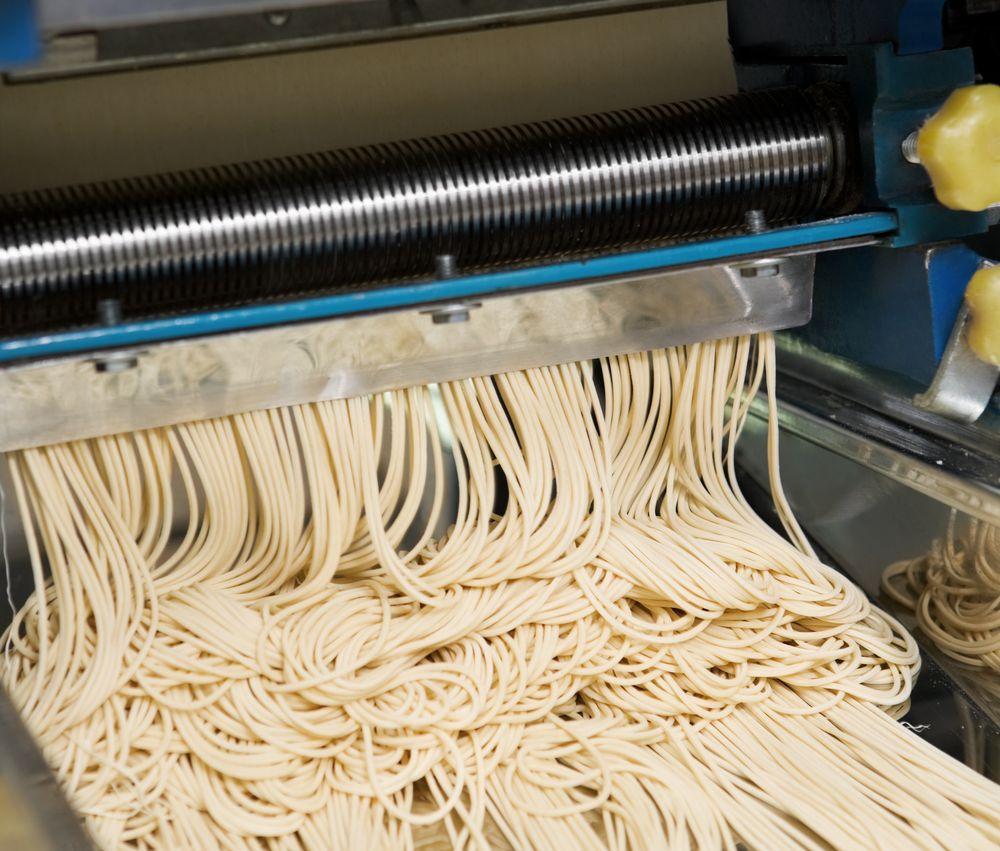 Noodle machine that cut the dough into noodle size